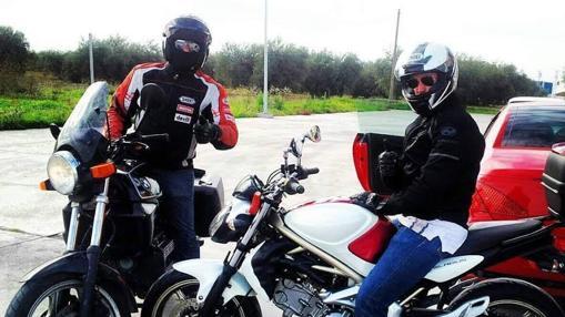 Jose Ruiz con un amigo durante un viaje en carretera