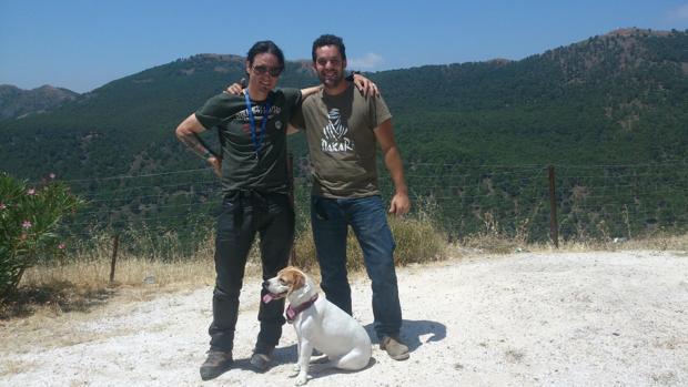 José Ruiz (derecha) junto a un amigo en la carretera