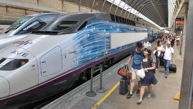Viajeros del AVE llegan a la estación de Santa Justa