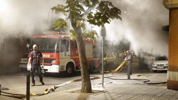 Bomberos extinguiendo el fuego originado en un garaje de San Jerónimo