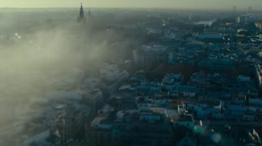 El trailer original ofrecía un plano de la Sevilla de hoy, la Giralda y el Puente del Centenario