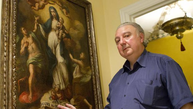 Giovanni Lanzafame ante un cuadro mariano en su casa de Sevilla