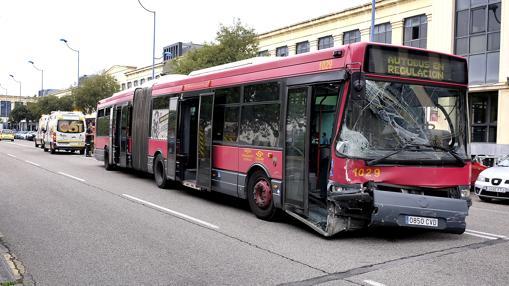 El autobús de Tussam tras el choque