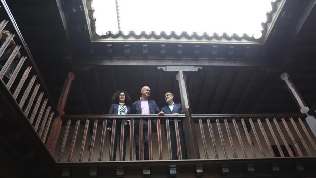 La directora del Alcázar, el delegado y el alcaide, en el Patio del Asistente