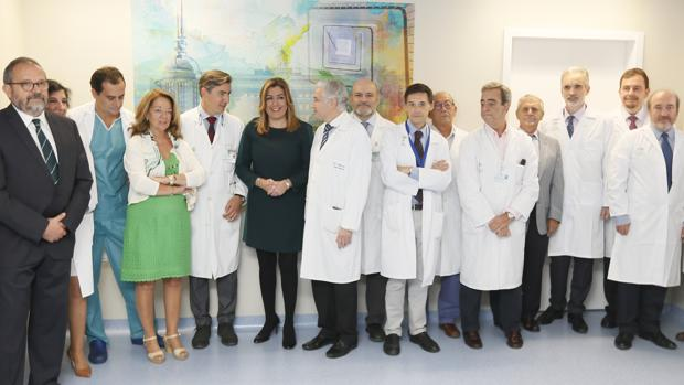 Susana Díaz ayer en el Virgen del Rocío con responsables del hospital, del SAS y de la Consejería de Salud
