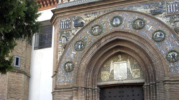 La portada del monasterio de Santa Paula con estilos como el gótico y el mudéjar