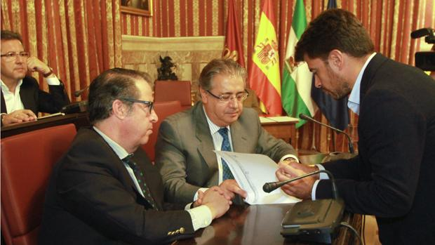 Gregorio Serrano, Juan Ignacio Zoido y Beltrán Pérez, en el último Pleno del Ayuntamiento