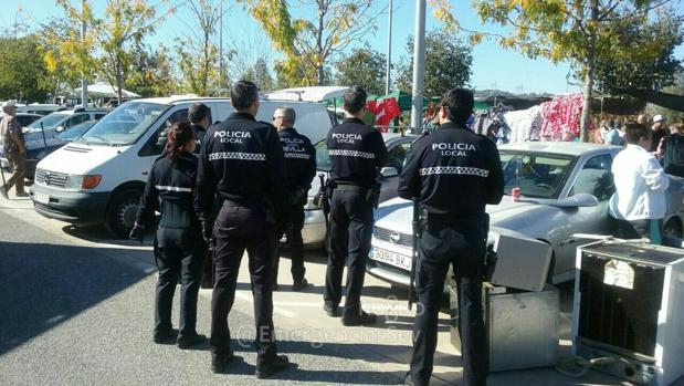 La Policía ene l mercadillo del Charco de la Pava