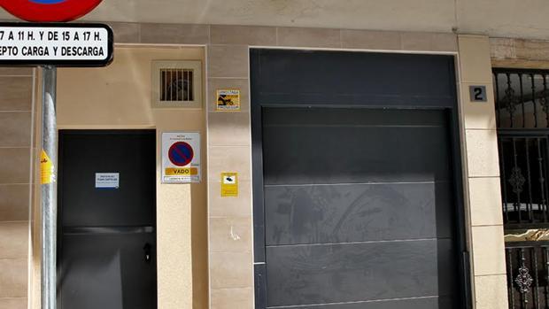 Señal vertical y detrás el vado pegado a la pared cuando afecta a la puerta que está a la derecha