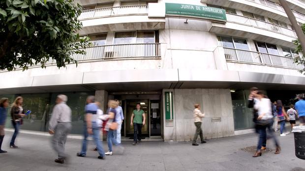 Entrada al edificio de la Junta en la Plaza Nueva, la antigua sede de Gobernación