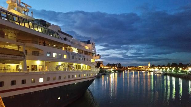 El crucero más grande que ha entrado en Sevilla vendrá otras seis veces entre 2017 y 2018