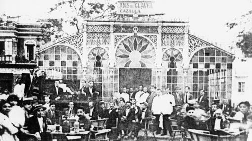 Uno de los puestos de cristales de la Alameda de Hércules a inicios del siglo XX