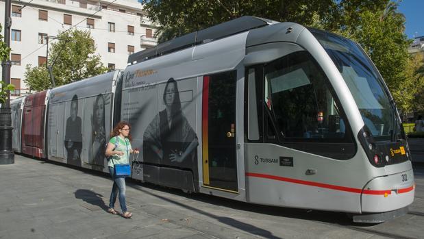 Un anciano ha sufrido un infarto en el interior del tranvía, a la altura del Prado de San Sebastián