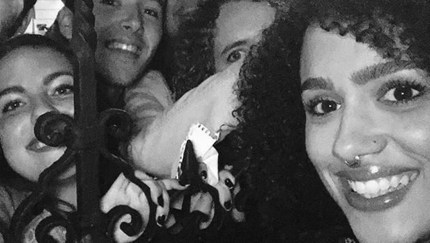 Nathalie Emmanuel posa con sus fans