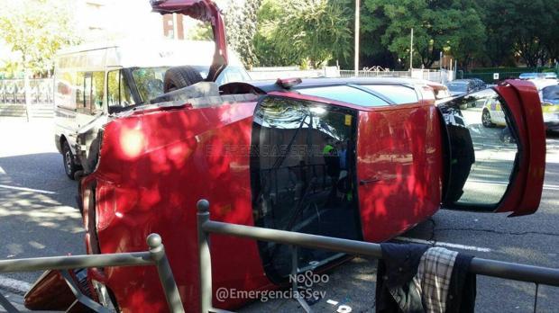Herido el conductor de un coche que ha volcado en la avenida Manuel Siurot de Sevilla