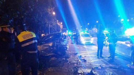 La Policía, junto al coche siniestrado