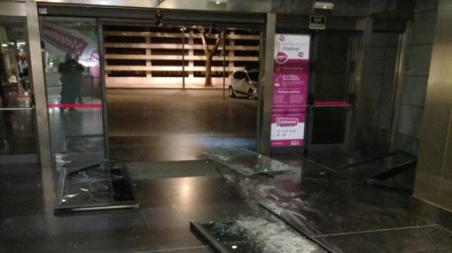 Estado en que quedó el acceso acristalado del centro comercial Metromar
