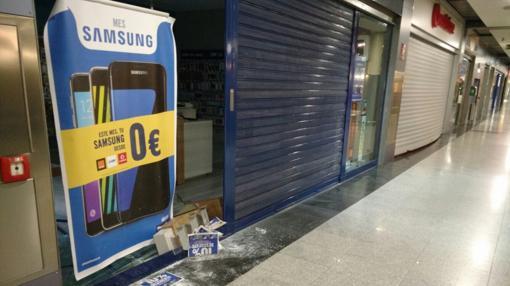 El escaparate de la tienda asaltada, anexa a otra tienda de telefonía que no pudo ser forzada