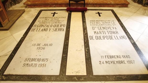 La tumba donde reposan los restos del general Queipo de Llano de la basílica de la Macarena