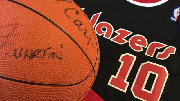 La camiseta de los Blazers y un balón firmado por Fernando Martín