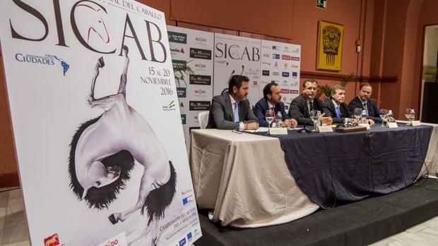 En primer plano, el cartel del Sicab 2016 en una presentación del salón