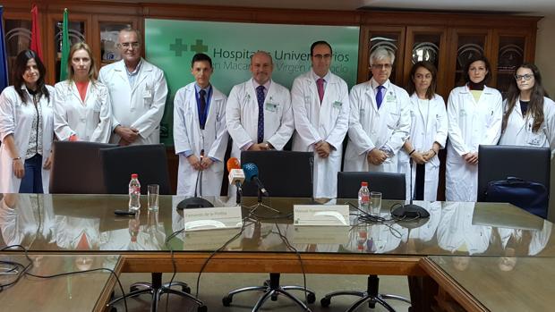 El equipo de cirujanos, especialistas en aparato digestivo y radiología del hospital Virgen del Rocío