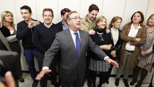 Zoido en su despedida con los concejales del PP sevillano