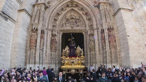 Imagen del Gran Poder saliendo de la Catedral de Sevilla