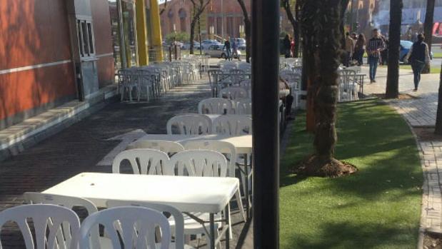 Las mesas y sillas que han retirado en Sevilla Este