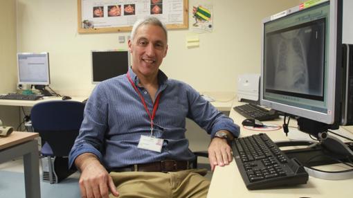 El cirujano Reza Hosseinpor ha operado del corazón a mil niños en Sevilla