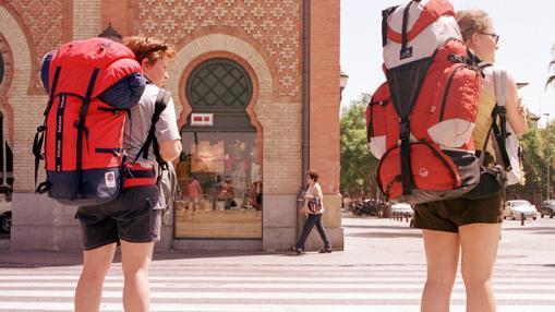 Turistas mochileros en el centro comercial Plaza de Armas