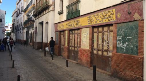 La antigua fábrica de loza Santa Isabel, hoy cerrada a cal y canto