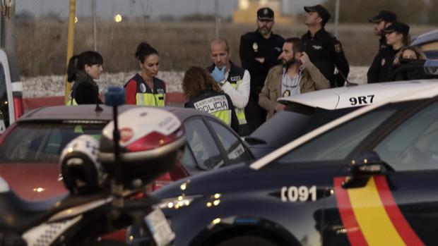 Policías tomando muestras en el coche del fallecido junto la gasolinera de Calonge donde acabó el cadáver