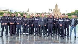 Sevilla condecora a los dos policías que detuvieron al asesino de la Plaza Nueva