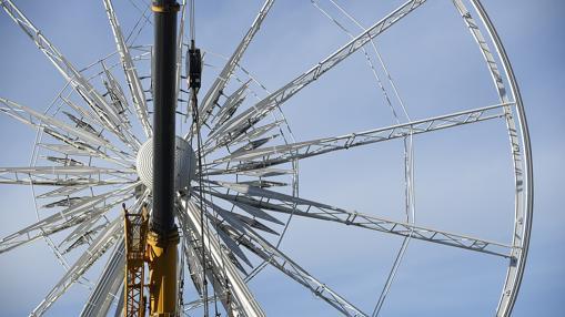 La estructura de la noria de 40 metros ya luce sin las cabinas