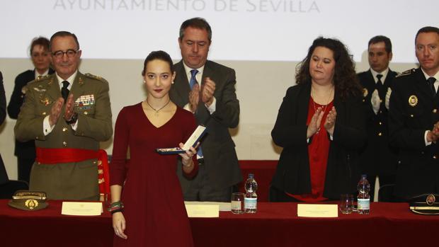 La Policía Local de Sevilla ensalza el lado más humano de sus agentes en el acto central de su semana