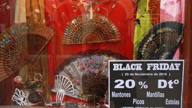 Abanicos y mantones de Black Friday en la calle Siepres