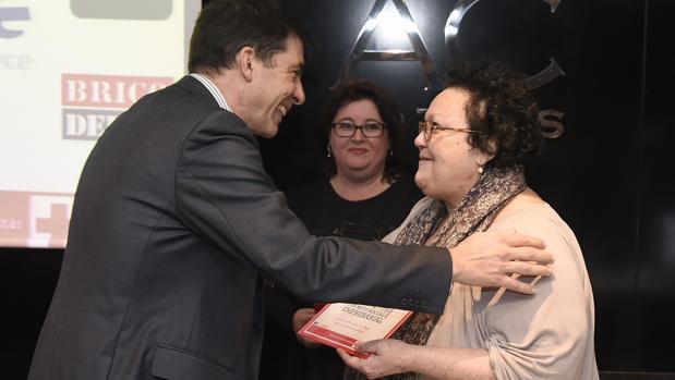 La presidenta de Cruz Roja Sevilla, Amalia Gómez, entregando uno de los premios