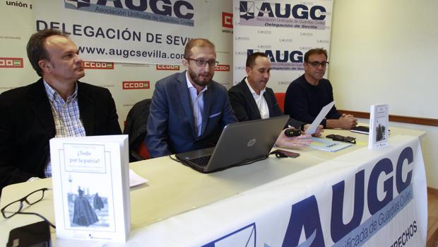 Daniel López (segundo por la izquierda) durante la presentación del libro