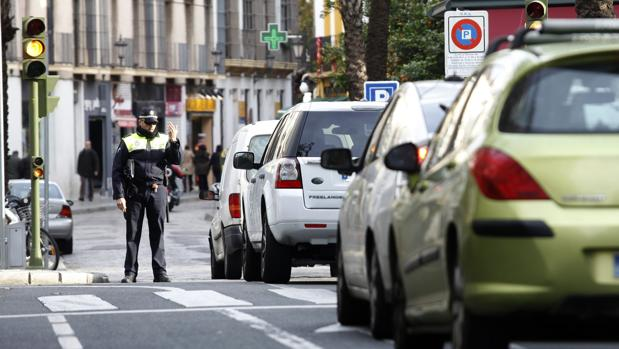 Un policía local controla el tráfici de acceso al casco histórico