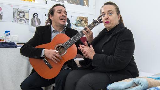 Antonio Amaya y Rocío, en su habitación del albergue municipal