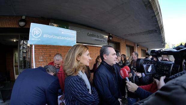 Alicia Martínez y Juan Bueno, entre otros dirigentes del PP que se quejaron en la puerta del ambulatorio