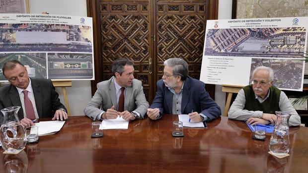 Los alcaldes de Sevilla y Dos Hermanas, en la sede de Emasesa