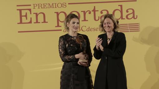 La soprano Ainhoa Arteta junto a la presidenta-editora de ABC, Catalina Luca de Tena