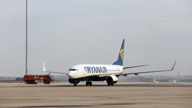 Un avión de Ryanair en el aeropuerto de Sevilla