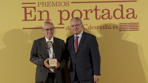El ingeniero técnico naval fundador y patrono honorífico de la Fundación Nao Victoria, Ignacio Fernández Vial recibe el galardón de manos del director de ABC de Sevilla, Álvaro Ybarra Pacheco