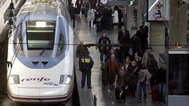 Un AVE llega a la estación Santa Justa