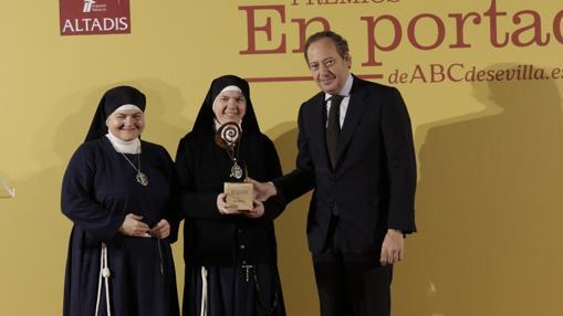 Galardón a la Comunidad de Terciarias Franciscanas del Pozo Santo entregado por Álvaro Rodríguez Guitart, director gerente de ABC Andalucía