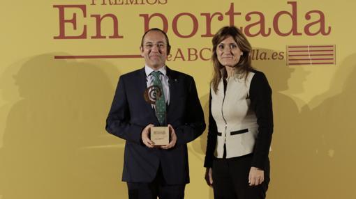 Alfonso García Agúndez muetsra el galardón que le ha entregado Ana Delgado Galán