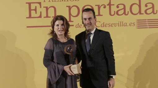 Juan Arrizabalaga, de Altadis, fue el encargado de entregar el premio «En Portada» a Anabel Morilla